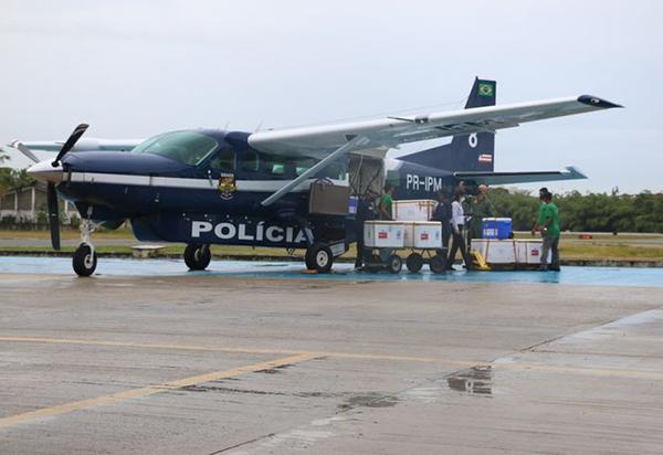 Aviões levam doses de vacinas contra covid-19 para o interior