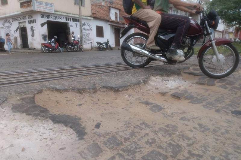 Brumado: Motoristas reclamam dos buracos no cruzamento com a linha do trem no bairro Dr. Juracy