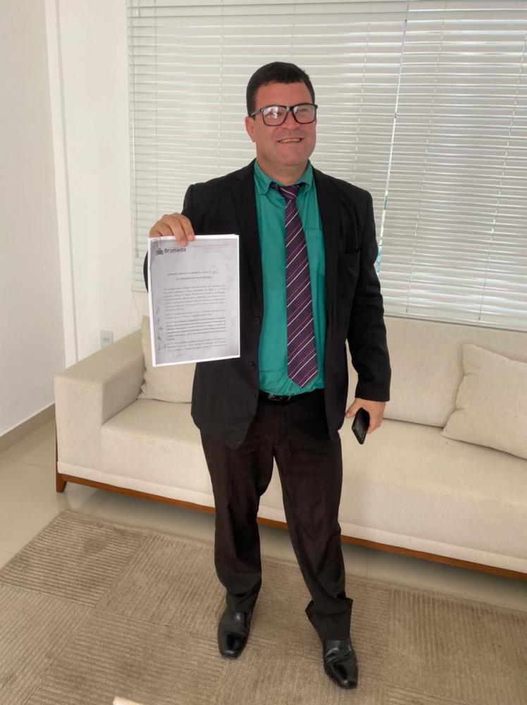 Fabrício e vereador Rey de Domingão comemoram aprovação de emenda que beneficia deficientes e autistas brumadenses na compra de veículos automotores