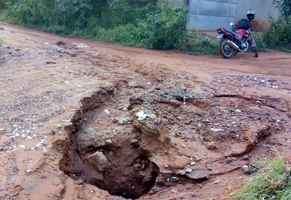 Brumado: moradores da Rua Aurélio Gama reclamam de buracos na via