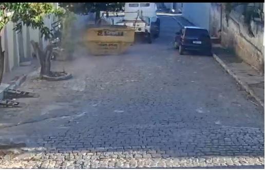 Caminhão Bruck  sem freio arrastando vagoneta quase causa tragédia em Brumado