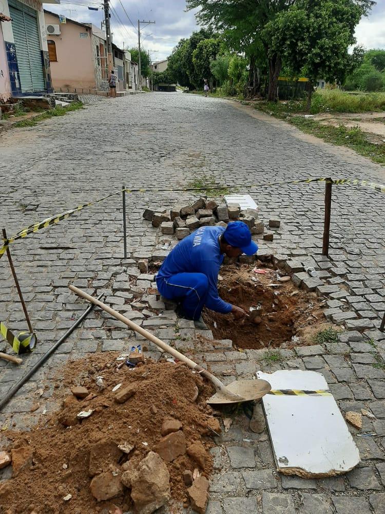 Brumado: Vereadores pagam do próprio bolso para tapar buraco de rua que prefeitura não tapou.