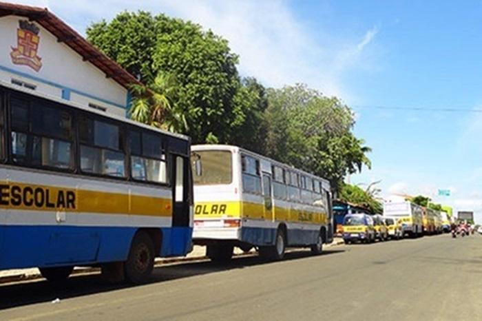 Brumado: Sem aulas presencias, prefeito renova contrato milionário com empresa de transporte escolar.