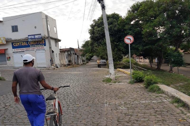 Poste fixado quase que no meio da rua causa transtorno a motoristas em Brumado
